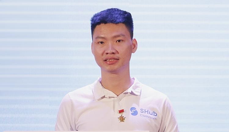 Nguyễn Đăng An đại diện nhóm nhận giải thưởng 100 triệu của chương trình Tri thức trẻ vì giáo dục 2019. Ảnh: Thanh Hằng