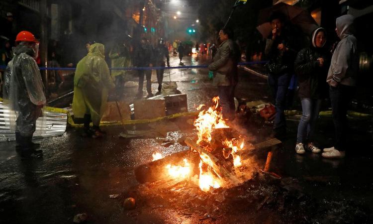 Người biểu tình phản đối Morales trên đường phố La Paz đêm 10/11. Ảnh: Reuters.