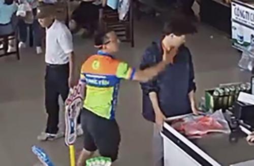 Hình ảnh anh Việt tát nhân viên trạm dừng nghỉ bị camera ghi lại. Ảnh: Cắt từ video.