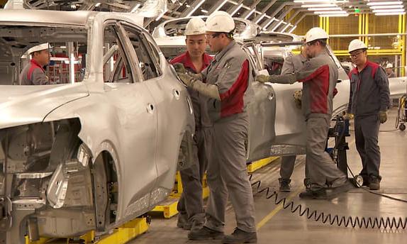 Các công nhân tại nhà máy ôtô của Great Wall Motors ở thành phố Tula, Nga. Ảnh: CNA.