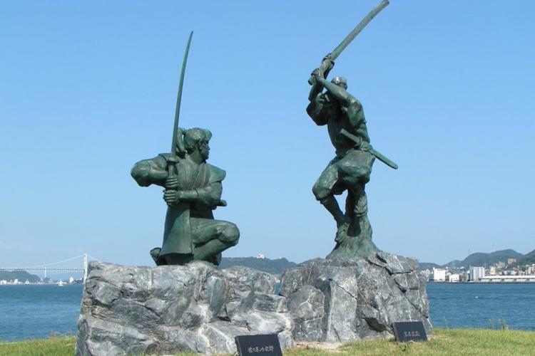 Bức tượng tái hiện trận đấu giữa Musashi Miyamoto (phải) và Sasaki Kojiro tại đảo Ganryujima, tên gọi hiện nay của đảo Funajima. Ảnh: Japan Travel.