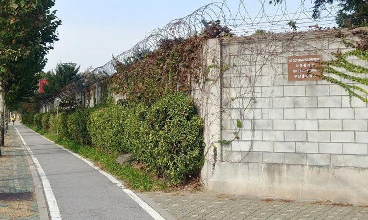 Một phần tường bao quanh căn cứ Yongsan. Ảnh: SCMP.