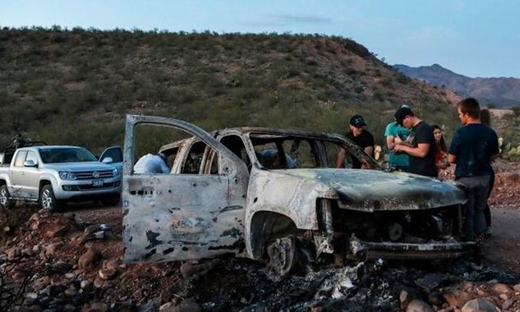 Một chiếc xe bị thiêu rụi hoàn toàn sau vụ xả súng của băng đảng tại bang Sonora, bắc Mexico hôm 4/11. Ảnh: AFP.