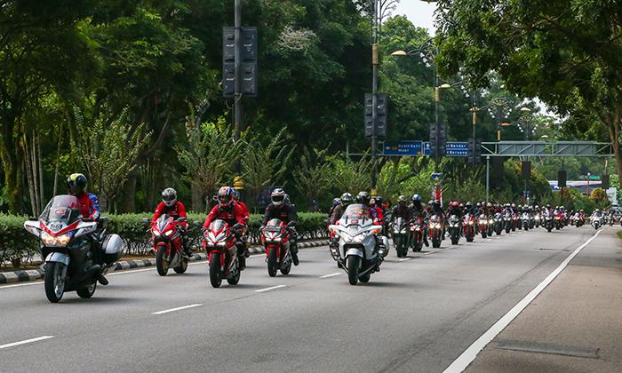 Đoàn xe diễu hành trên đường phố Malaysia.
