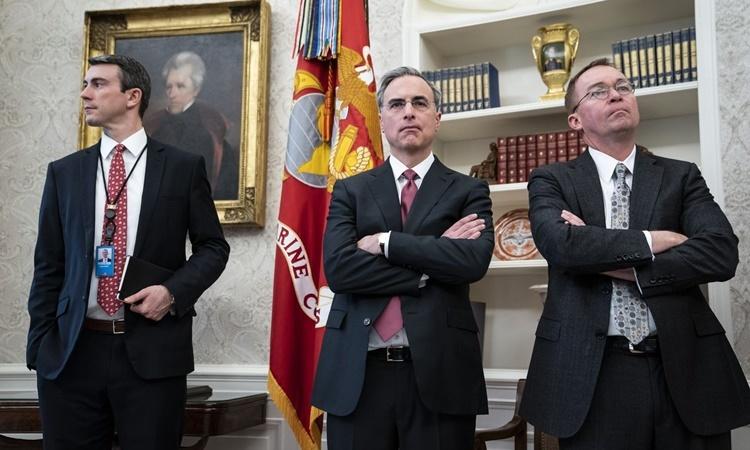 Cố vấn Cipollone (giữa) và quyền chánh văn phòng Mulvaney tại Nhà Trắng hồi năm ngoái. Ảnh: Washington Post.