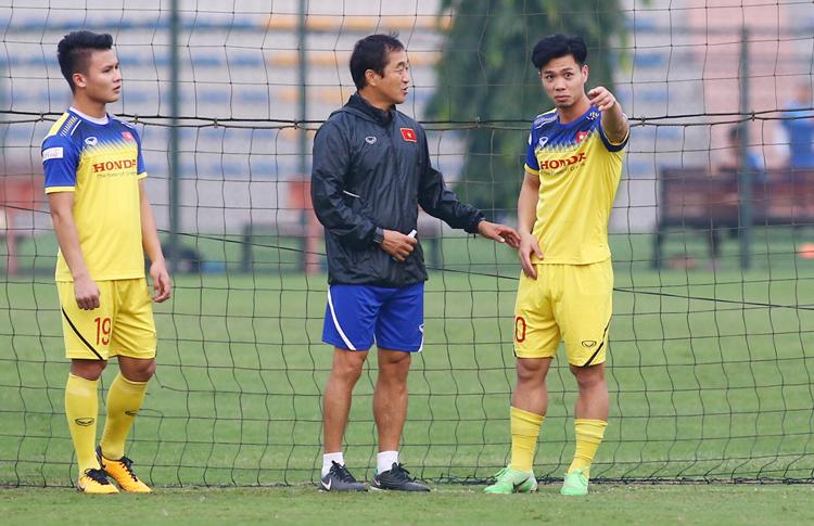 Trợ lý Lee Young-jin hướng dẫn tuyển Việt Nam tập luyện chiều 11/11.