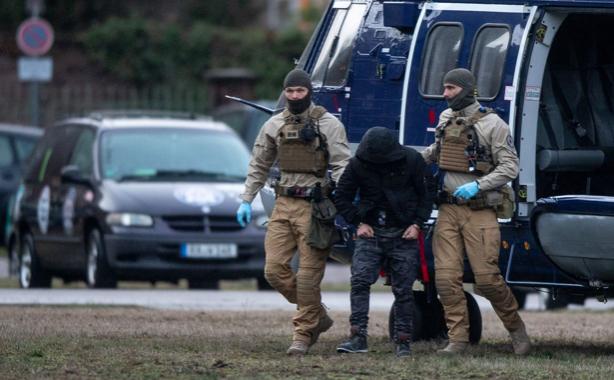 Đặc nhiệm Đức bắt một người tị nạn Iraq bị tình nghi âm mưu đánh bom hồi tháng một. Ảnh: DPA
