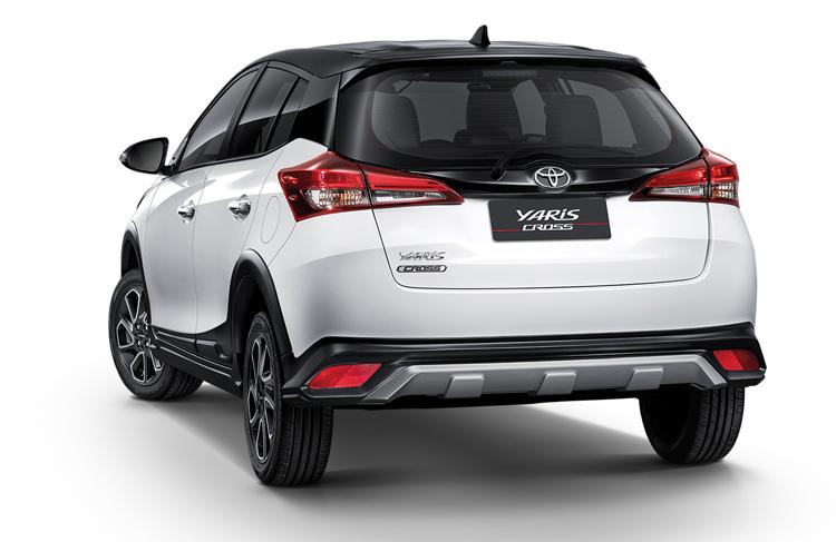 Xe có thêm ốp gầm trước và sau. Khoảng sáng gầm lớn hơn so với bản tiêu chuẩn. Ảnh: Toyota