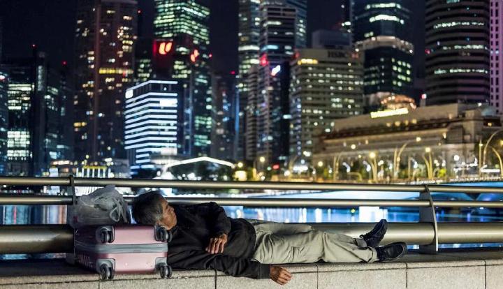 Một người vô gia cư ngủ trên phố ở Singapore. Ảnh: Today Online