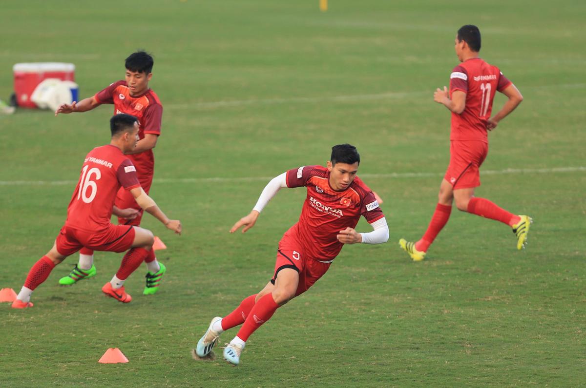 Các tuyển thủ Việt Nam chơi đuổi bắt
