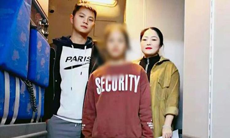 Rin Mani (giữa) trên chuyến bay trởvề Campuchia hôm 3/11. Ảnh: Công an Dương Tân.