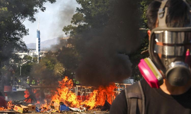 Người biểu tình Hong Kong đốt lửa trên đường để cản trở giao thông hôm 11/11. Ảnh: SCMP.
