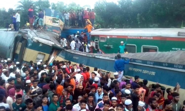 Hiện trường vụ va chạm giữa hai tàu hỏa của Udayan Express và Turna Nishita tại ga đường sắt Mandabhag, Bangladesh sáng nay. Ảnh: The Daily Star.
