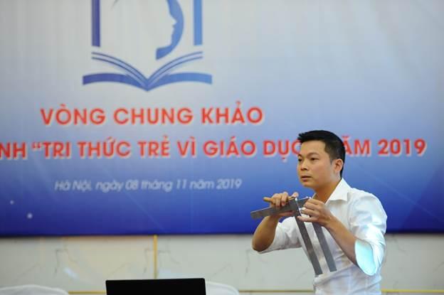 Tác giả Nguyễn Sỹ Namthuyết trình đề án Nghiên cứu, thiết kế quy trình công nghệ chế tạo thiết bị dạy học môn toán dành cho học sinh khiếm thị trong môi trường giáo dục hòa nhập.