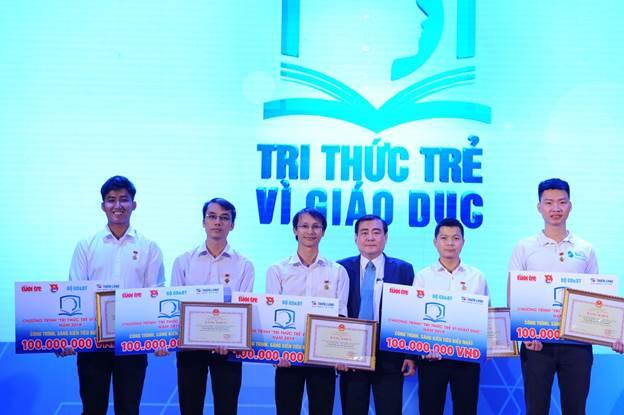 Ông Bùi Văn Huống (thứ 4 từ trái sang) Phó tổng giám đốc Công ty Cổ phầnTập đoàn Thiên Long, đơn vị 4 năm đồng tổ chức chương trình.
