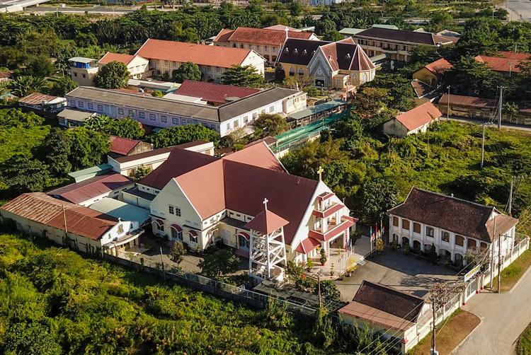 Nhà thờ Thủ Thiêm và Tu viện Dòng Mến Thánh Giá Thủ Thiêm nhìn từ trên cao. Ảnh: Quỳnh Trần.