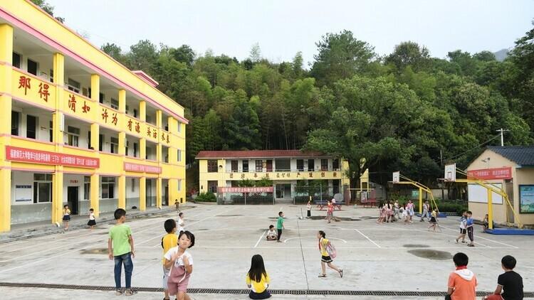 Trẻ em chơi đùa trong sân trường tại tỉnh Phúc Kiến, Trung Quốc, hôm 4/9. Ảnh: Xinhua.