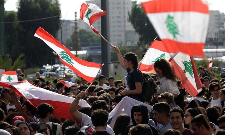 Các sinh viên vẫy quốc kỳ trong cuộc biểu tình chống chính phủ ở thủ đô Beirut, Lebanon hôm 7/11. Ảnh: Reuters.