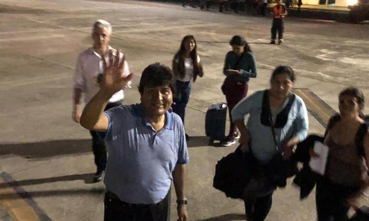 Morales (áo xanh) và cựu phó tổng thống Alvaro Garcia Linera (áo trắng) tại sân bay ở Paraguay hôm 12/11. Ảnh: Twitter/Maximiliano Zuniga.