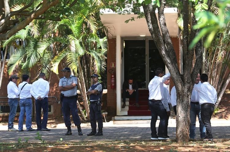 Người ủng hộ Guaido (áo trắng, quần sẫm màu) tại sứ quán Venezuela ở Brazil ngày 13/10. Ảnh: Reuters.