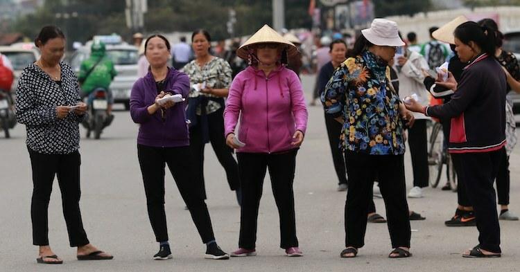 Những người mua bán vé bóng đá trước sân vận động Mỹ Đình, chiều 13/11. Ảnh: Tất Định