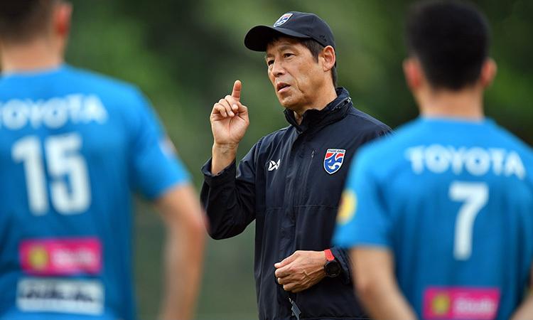 HLV Nishino chỉ đạo học trò tập luyện tại Malaysia. Ảnh: Changsuek.