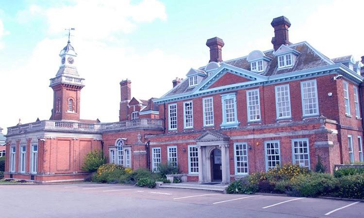 Trường Haberdashers Askes Boysởhạt Hertfordshire, nơi cảnh sát 1.5kg cocaine hôm 31/10. Ảnh: Sun.