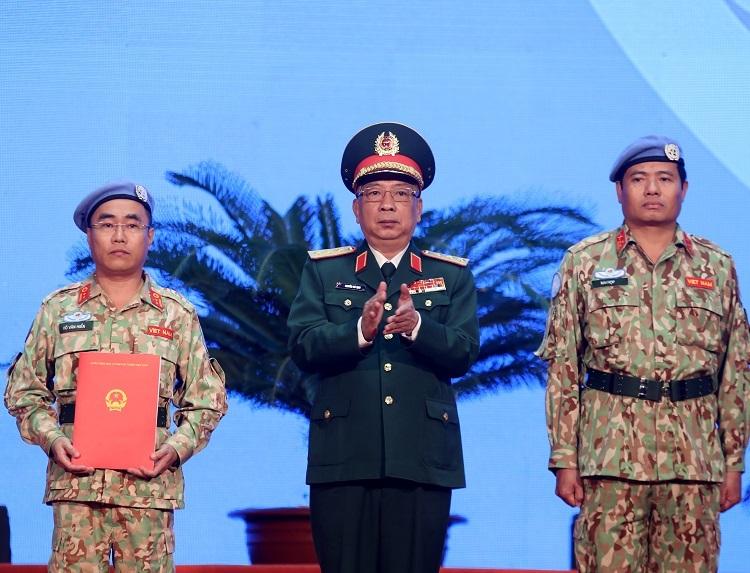 Thứ trưởng Nguyễn Chí Vịnh trao quyết định của Chủ tịch nước cho đại diện bệnh viện. Ảnh: Gia Chính