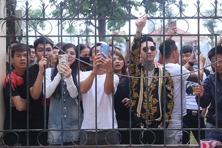 Bên ngoài toà án, hàng trăm người đứng dọc hai bên đường theo dõi. Ảnh: Phạm Dự