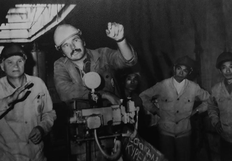 Chuyên gia Liên Xô và Việt Nam thi công phần gian máy. Ảnh tư liệu