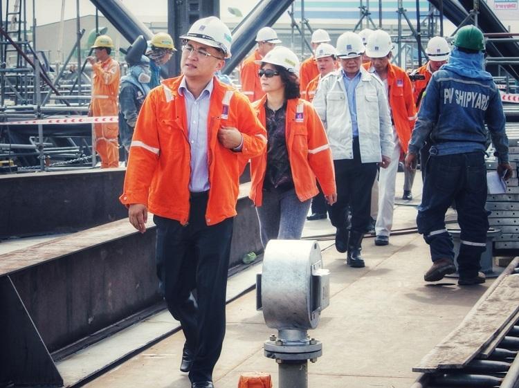 Kỹ sư Phan Tử Giang cùng các lãnh đạo, kỹ sư PV Shipyard trên công trường giàn khoan Tam Đảo 03. Ảnh: Quốc Huy.