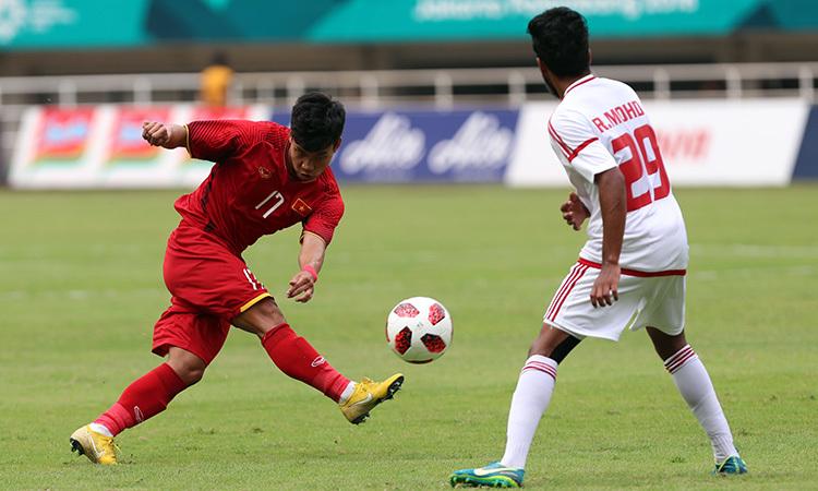 Vũ Văn Thanh (trái) tạt bóng trong trận tranh HC đồng Asiad 2018 gặp UAE. Ảnh: Đức Đồng.