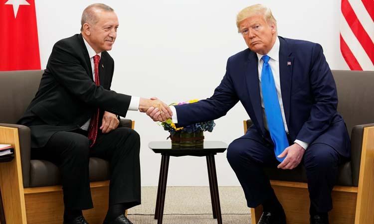 Tổng thống Mỹ Donald Trump (phải) bắt tay người đồng cấp Thổ Nhĩ Kỳ Recep Tayyip Erdogan tại hội nghị thượng đỉnh G20 ở Osaka, Nhật Bản hôm 29/6. Ảnh: Reuters.