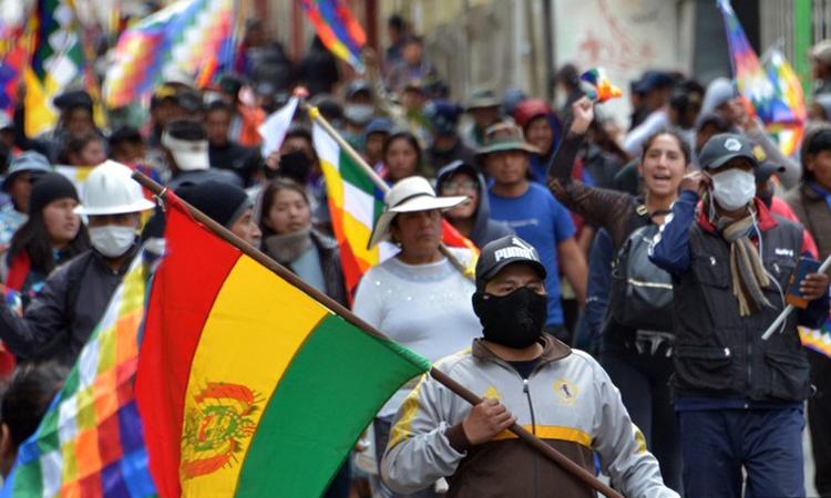 Người ủng hộ Morales tuần hành trước tòa nhà quốc hội ở thủ đô La Paz hôm 12/11. Ảnh: AFP.