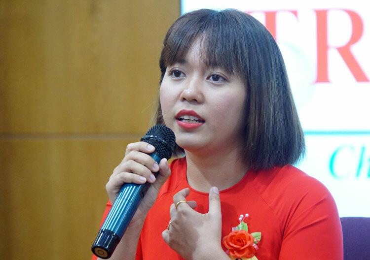 Cô Nguyễn Thị Hồng Phượng chia sẻ tại chương trình Trái tim người thầy sáng 13/11. Ảnh: Mạnh Tùng.