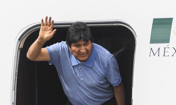 Cựu tổng thống Bolivia Evo Morales tại sân bay ở thủ đô Mexico City của Mexico hôm 12/11. Ảnh: AFP.