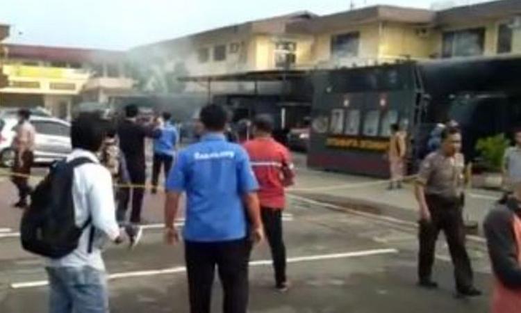Hiện trường xảy ra vụ đánh bom ở thành phố Medan, tỉnh Bắc Sumatra ở Indonesia sáng nay. Ảnh: Reuters.