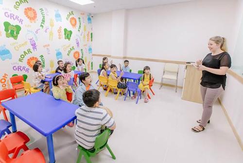 Các học viên tham gia buổi học với giáo viên nước ngoài, trải nghiệm chương trình phù hợp lứa tuổi.