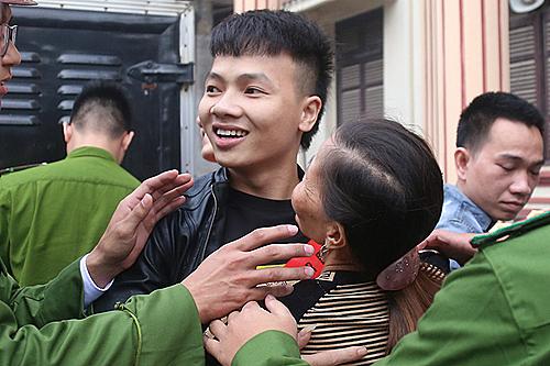 Khá Bảnh cười tươi với đám đông khi vừa đến phiên tòa.