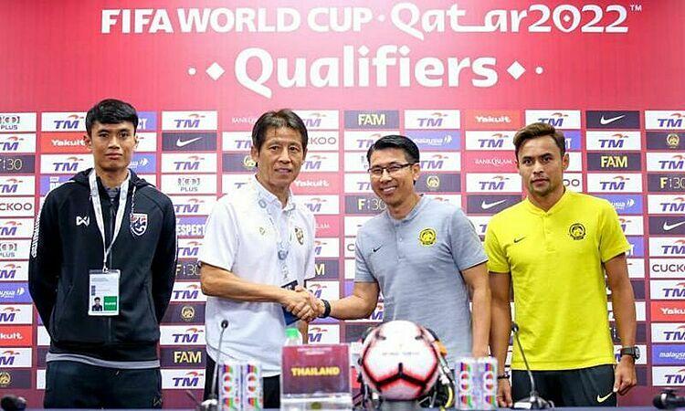 HLV Tan Cheng Hoe (thứ hai từ phải sang) bắt tay đồng nghiệp Akira Nishino. Ảnh: Goal.