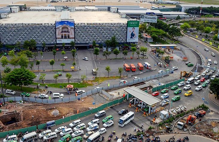 Các phương tiện qua trạm thu phí tại sân bay quốc tế Tân Sơn Nhất. Ảnh: Hữu Khoa.