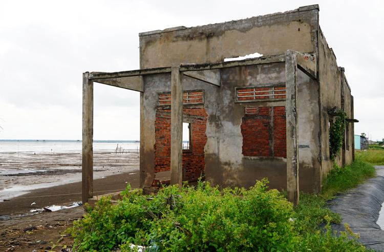 Một nhà dân bỏ hoang vì biển xâm thực. Ảnh: Hoàng Nam.