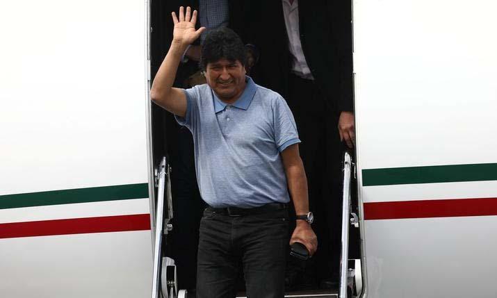 Cựu tổng thống Bolivia Evo Morales xuống sân bay tại thủ đô Mexico City, Mexico hôm 12/11. Ảnh: Reuters.