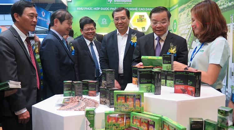 Các đại biểu thăm quan gian hàng tại Techdemo 2017 tổ chức tại Đà Nẵng. Ảnh: Loan Lê.
