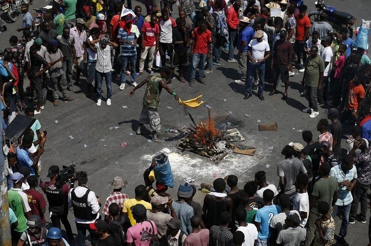 Người dân Bolivia biểu tình ở La Paz trước khi Morales từ chức. Ảnh: AP.