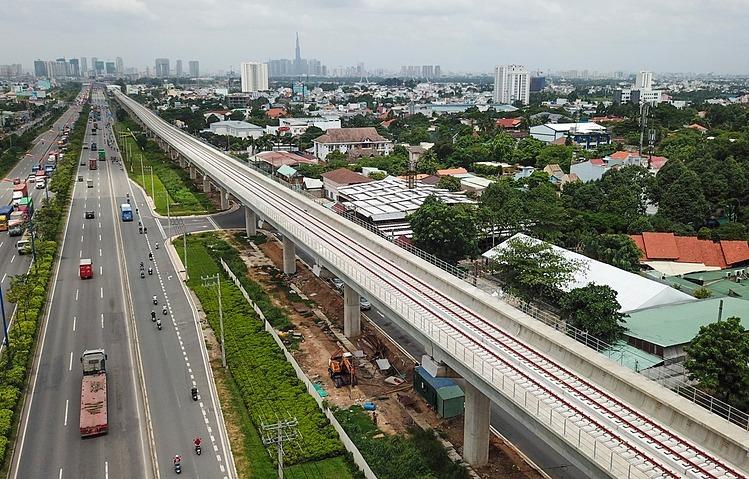 Tuyến Metro Số 1 của TP HCM, đoạn trên caođisong song Xa lộ Hà Nội. Ảnh: Hữu Khoa