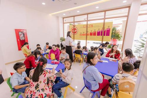 học viên và phụ huynh đến tham quan và trải nghiệm lớp học tại VUS.