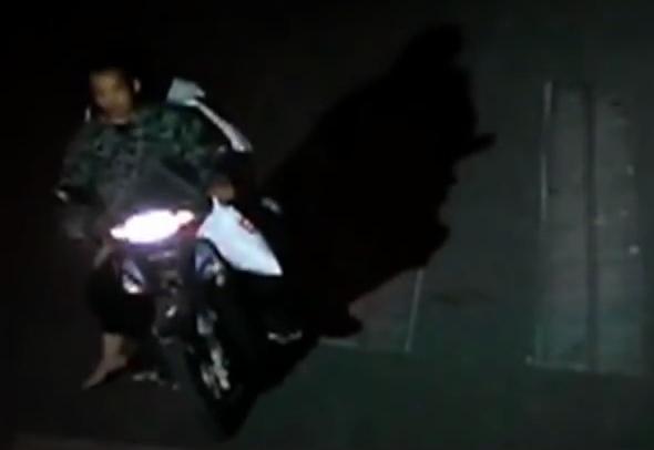 Hai người đàn ông khả nghi đi xe máy. Ảnh: CCTV.