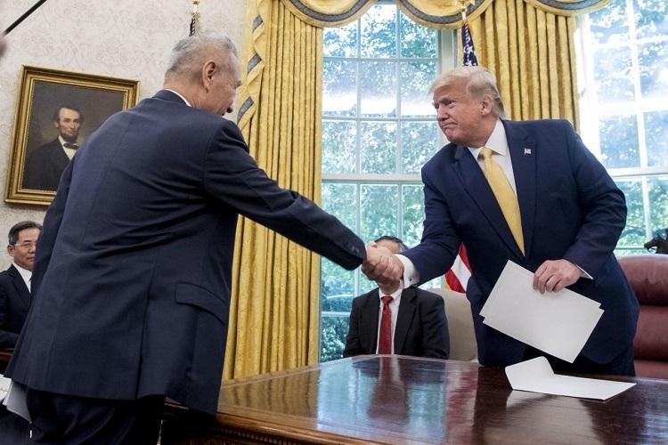 Tổng thống Trump và Phó Thủ tướng Trung Quốc Lưu Hạc bắt tay tại cuộc đàm phán thương mại hôm 11/10. Ảnh: AP.