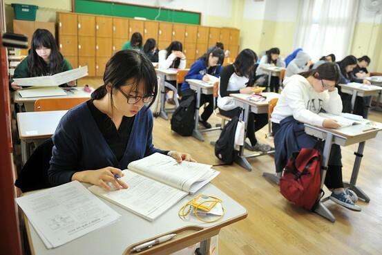 Các thí sinh thi đại học tại một trường trung học ở Seoul năm 2017. Ảnh: AFP